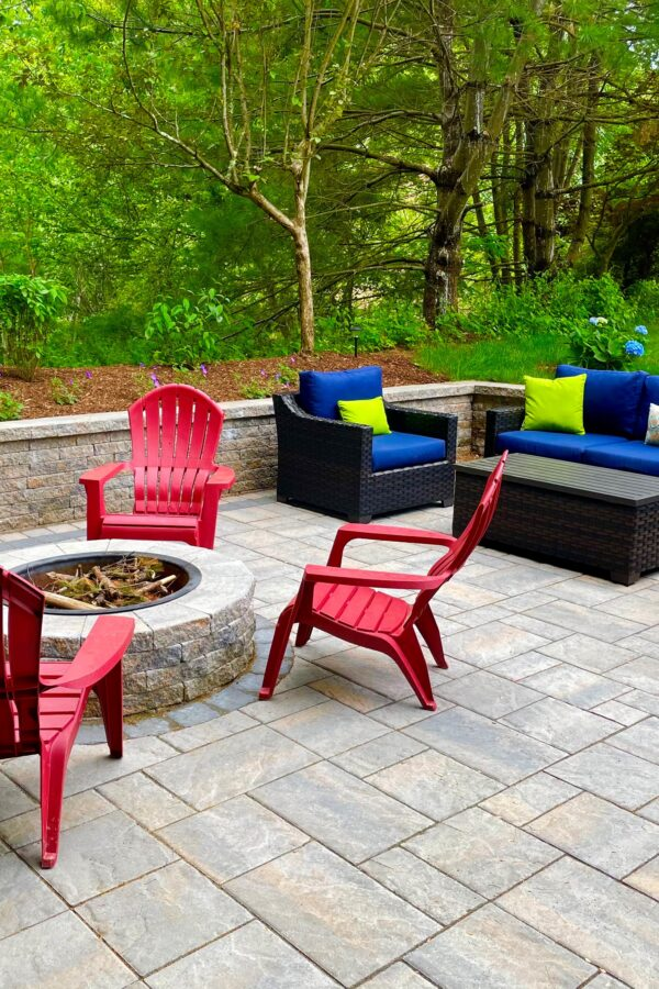back yard outdoor paver patio with sitting wall and patio furniture