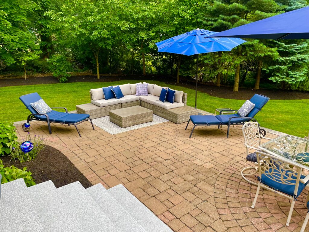 back yard paver patio with granite steps and furniture